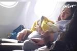 Sinh ra trên máy bay, em bé được bay miễn phí cả đời