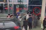 Clip: Nữ tài xế lao ôtô vào đám đông, húc người đàn ông bay văng khỏi lan can