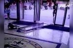 Bé gái bị cửa kính của trung tâm thương mại đổ sập vào người