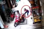 Trộm xe máy bị nữ chủ nhà 'tóm sống', phải bỏ của chạy lấy người