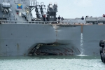 Ảnh: Cận cảnh lỗ thủng trên khu trục USS John S. McCain sau khi đâm tàu chở dầu