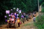 Màn rước dâu bằng máy cày qua rừng lầy lội ở Nghệ An 'đốn tim' cư dân mạng