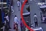 Cãi nhau với chồng giữa đường, vợ xuống xe nhảy cầu tự tử