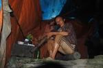 Dị nhân sống trong hang đá như người rừng để trồng cây thuốc quý