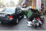 Ô tô biển xanh ép ngã 2 tên cướp giật ở Sài Gòn