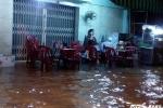 Triều cường đạt đỉnh, người dân Sài Gòn oằn mình chống chọi
