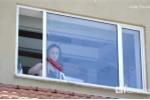 Cách lau sạch cửa kính chung cư không cần trèo ra ngoài