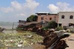 Hàng chục căn nhà trôi tuột xuống sông, người dân hoảng loạn tháo chạy