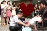 Hàn Quốc: Rửa chân, hôn chân vợ thể hiện tình yêu