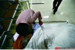 Bà lão 'chết đi sống lại', cả bệnh viện xin lỗi