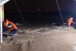 Giải cứu 6 người mắc kẹt trong mưa lũ