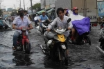 Mưa ngập, dân Sài Gòn lại 'ngụp lặn' trong dòng nước hôi thối