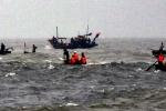 Sóng lớn đánh chìm tàu: 9 ngư dân bị hất xuống biển, 4 người đang mất tích
