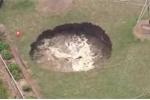 Kinh hãi 'hố tử thần' khổng lồ cuồn cuộn nước xuất hiện sau nhà dân