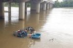 Video: Xe chở gia cầm đâm sập lan can cầu, rơi xuống sông