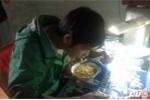 Sinh viên Huế ăn mì tôm, chật vật ôn thi giữa cảnh nước lũ tràn vào phòng trọ