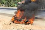 Du khách nước ngoài bất lực nhìn xe cháy ngùn ngụt trên QL1