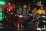 Sài Gòn mưa như trút, người dân chôn chân trong biển nước
