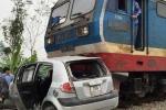 Ô tô bị tàu hỏa kéo lê 20m, 4 người suýt bỏ mạng
