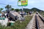 Tàu hỏa húc văng ôtô khỏi đường sắt, 2 người chết
