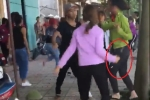 Video: Hai nhóm nữ sinh cầm hung khí chém nhau trước cổng trường