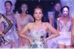 Thu Minh gây ấn tượng khi lần đầu diễn catwalk mà vẫn tự tin