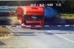 Phớt lờ cảnh báo, xe tải bị tàu hỏa đâm lìa đầu