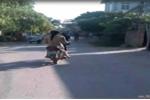 Thiếu nữ không mảnh vải che thân đi xe máy giữa ban ngày xôn xao dư luận
