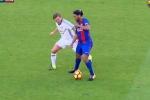 Video: Khán giả trầm trồ khi Ronaldinho xỏ háng khiến 'huyền thoại MU' ngã ngửa
