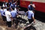 Băng xe máy qua đường ray, người phụ nữ bị tàu hất văng