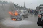 Dừng đèn đỏ, ô tô 4 chỗ bốc cháy dữ dội