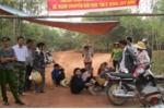 Dân dựng lều, trải chiếu ngồi giữa đường chặn xe chở rác
