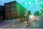 Kinh hãi nhìn thùng xe container không có giá đỡ, lủng lẳng trên đường