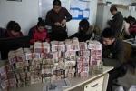 Ảnh: Dân Trung Quốc đua nhau vác 'núi tiền' đi mua đồ