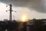 Bắc Ninh: Lốc xoáy như đâm thủng bầu trời, đường dây điện phát nổ sáng lòa