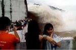 Thủy điện Hòa Bình xả lũ: Dân đổ xô đi xem, liều lĩnh kéo nhau chụp ảnh 'tự sướng'
