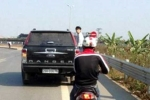 Chàng trai quyết đu ô tô gần 10km đòi giải quyết tai nạn