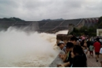 Bất chấp nguy hiểm, dân nô nức đi xem thủy điện Hòa Bình xả lũ