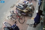 'Cạn lời' với người phụ nữ tráo dép lấy giày trước cửa hàng ở Hà Nội