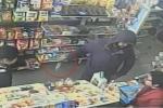Cầm dao đi cướp cửa hàng tạp hoá, bị nhân viên vác gậy đuổi chạy 'mất dép'