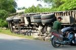 Xe tải lật đè xe máy, 2 người chết, 1 người bị thương