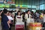 Khách đến sớm hơn 2 tiếng đồng hồ, xếp hàng chật kín sân bay về quê ăn Tết