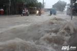 Nước chảy như thác đổ sau cơn mưa lớn ở Sài Gòn