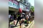Video: Cán bộ quản lý đô thị đập phá hàng quán của tiểu thương gây tranh cãi