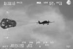 Video: Hết xăng giữa đại dương, máy bay bung dù thoát hiểm