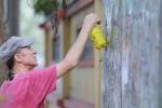 Ảnh: Cựu binh Mỹ hăng say dọn dẹp quảng cáo, rao vặt trên phố Hà Nội