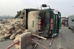Xe tải chở xi măng lật nghiêng, đường trên cao Hà Nội ùn tắc kéo dài