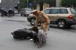 Ảnh: Nhìn thấy CSGT, nam thanh niên 'giật mình' ngã ra đường