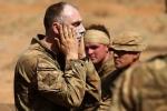 Lính Scotland bôi kem chống nắng trước khi tập luyện