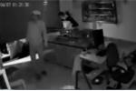 Video: Siêu trộm đi ô tô 'xịn', 'cuỗm' sạch tài sản trong cửa hàng điện thoại di động